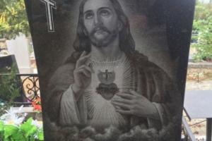 Гравировка Иисуса на памятнике