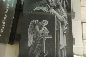 гравировка ангела на гранитном памятнике из черного гранита