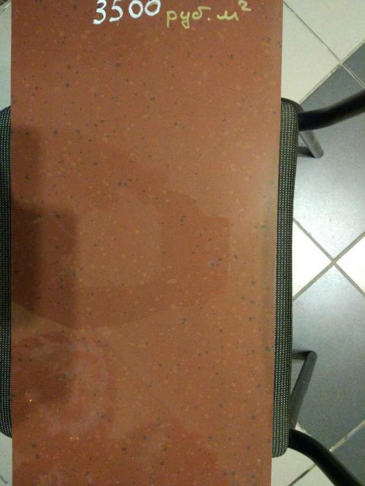 образец плитки из красного, полированного керамогранита