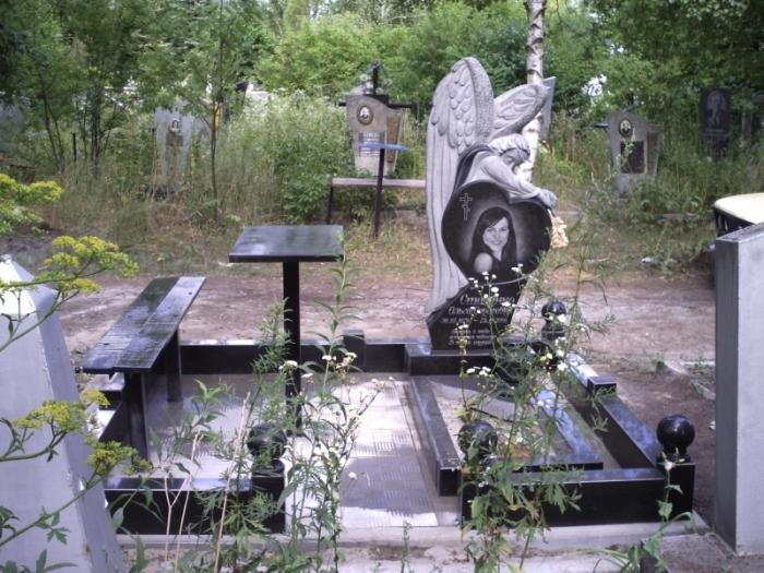 железный столик и деревянная лавочка на могилу