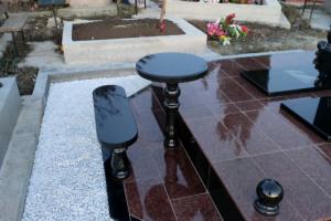 лавочка и столик из черного и красного гранита