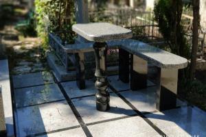 гранитная лавочка и столик