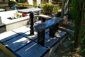 гранитная лавочка и столик из черного и серого гранита