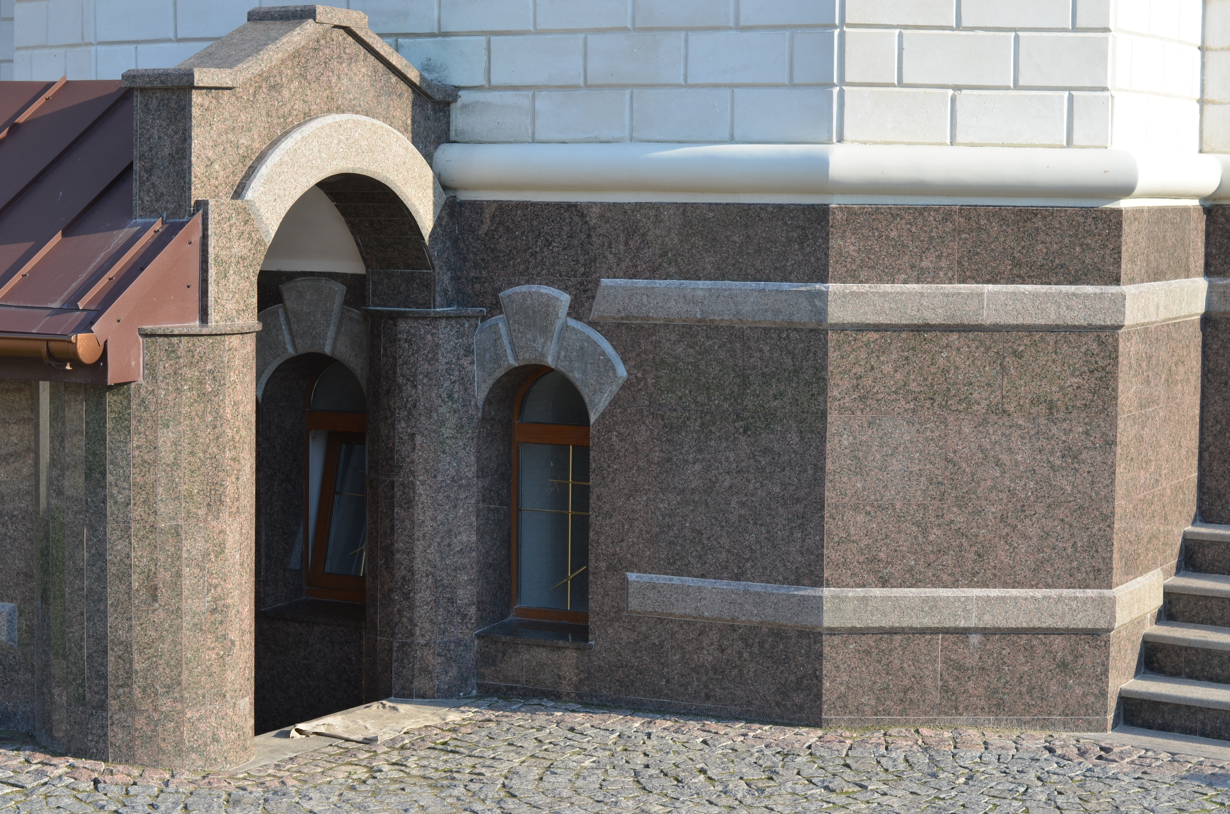отделка фасада(гранит капустинский)
