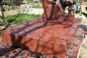 Памятник гранитный (лезниковский гранит)