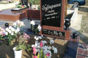 Памятник из лезниковского гранита, вставка-базальт