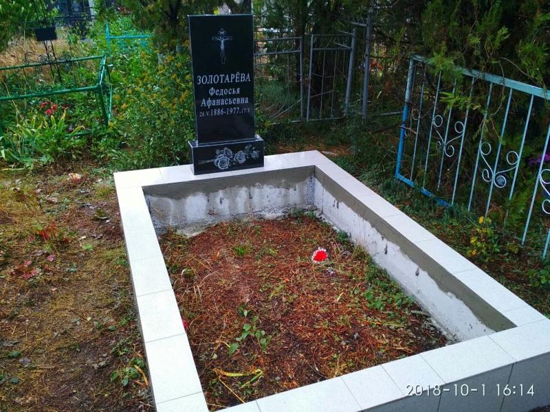 простейший классический памятник из черного гранита без портрета