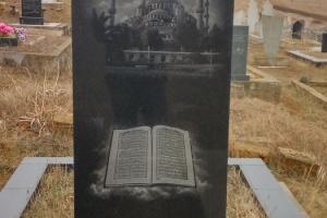 памятник гранитный на двух подставках с изображением мечети(вид сзади)