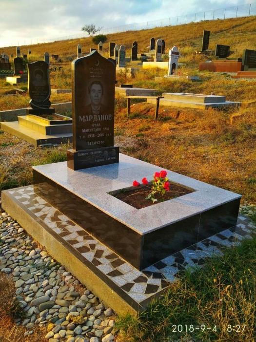 гранитный памятник с вазой и цветником, облицовка керамогранитом, отмостка брехчией