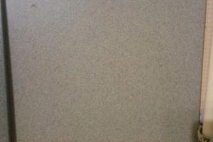 образец плитки из серого, неполированного керамогранита