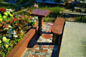 гранитная лавочка и столик из черного и красного гранита