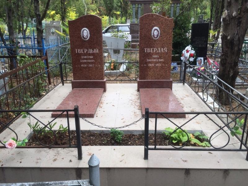 Памятник гранитный(лезники)стела-волна.( стела 100*50*8,тумба 60*20*15,надгробная плита 100*50*5)
