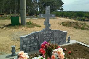 Фигурный памятник из мрамора с крестом