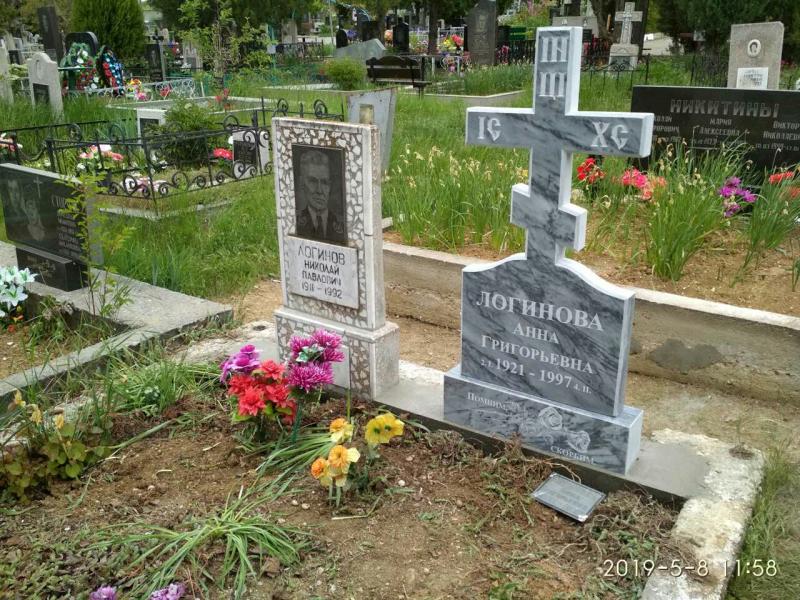 памятник из мрамора в  виде креста