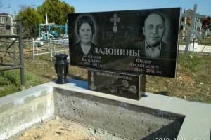 двойной классический памятник из черного гранита с портретом и вазой