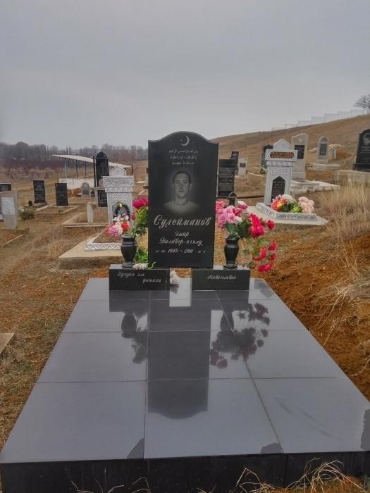 памятник гранитный с двумя подставками и вазами (стела 100*60*8 подставка 50*20*15 ваза 25см)