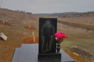 памятник гранитный с вазой (с портретом на обратной стороне)